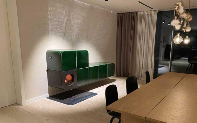 Wandhängender Speicherofen mit innovativem Design und Viertelkreis-Keramik