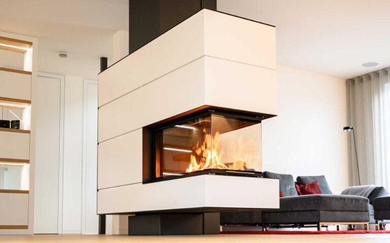 Ofenflamme im Mittelpunkt: Raumteiler, Kunstobjekt und Ofen zugleich