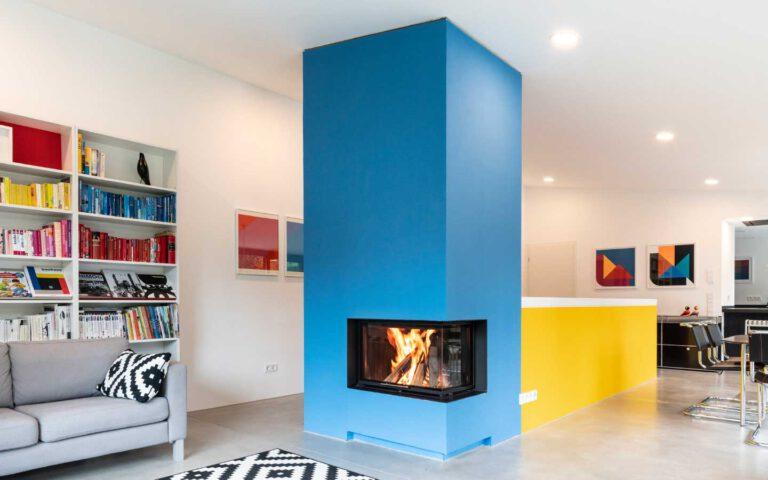 Minimalistische Kombination: Kamin- und Treppenanlage im Bauhausstil